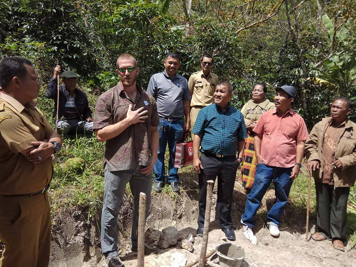 The community of Huta Ginjang celebrates the building of a safe water treatment system.